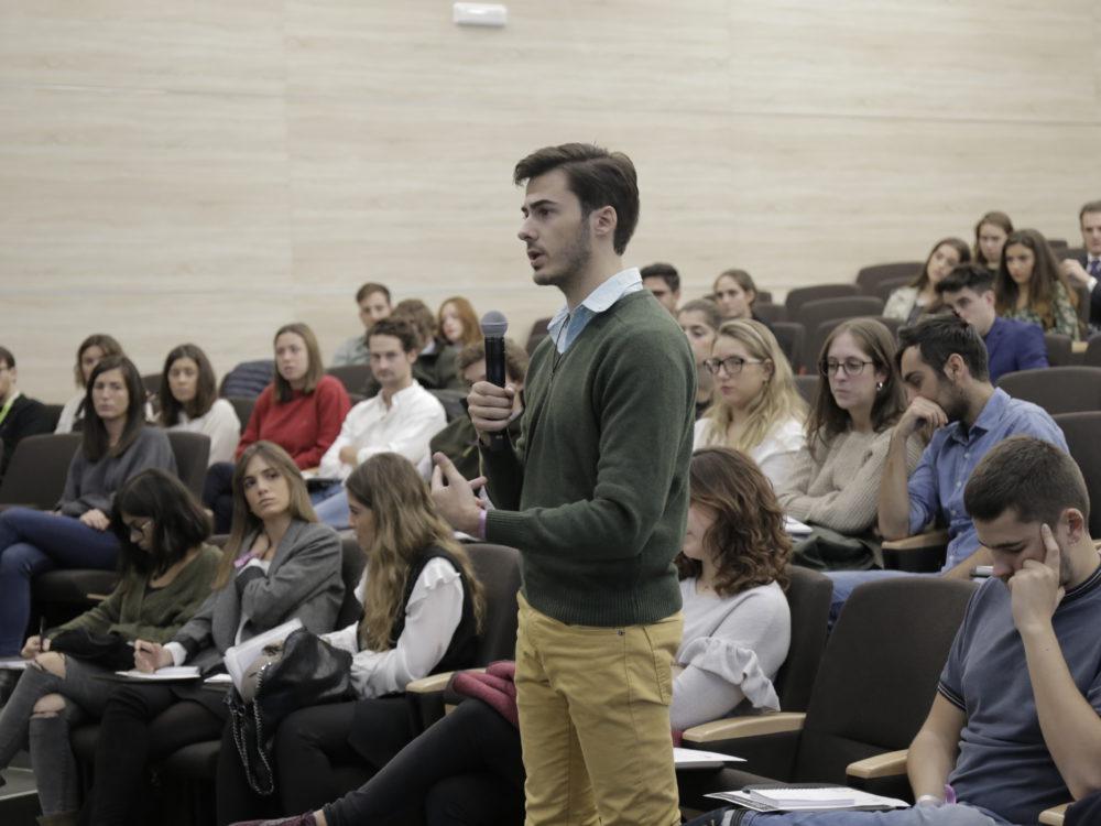 Un alumno de la Universidad CEU San Pablo lanza una pregunta a los expertos en Recursos Humanos